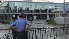 Милиция возле железнодорожного вокзала в Донецке. Архивное фото.
