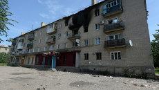 Жилой многоквартирный дом в поселке Пески Донецкой области, пострадавший от артиллерийского обстрела города украинскими силовиками. Архивное фото.