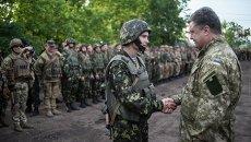 Петр Порошенко с военнослужащими украинской армии. Архивное фото.