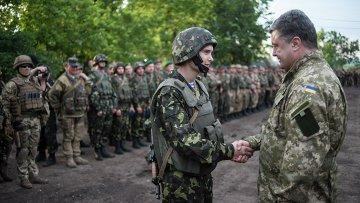 Петр Порошенко с военнослужащими украинской армии