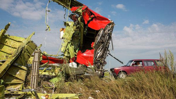 На месте крушения самолета Boeing 777 на Украине. Архивное фото