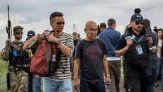 Малайзийские эксперты на месте крушения самолета Boeing 777 авиакомпании Malaysia Airlines на Украине. Архивное фото
