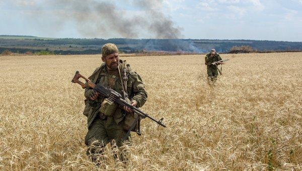 Бойцы ополчения во время боя за пограничный населенный пункт Кожевня под Снежным. Архивное фото