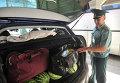 """Сотрудник таможенного поста """"Морской порт Кавказ"""" досматривает содержимое легкового автомобиля"""
