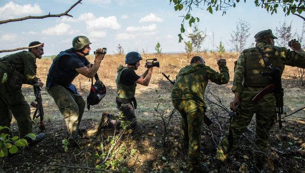 Журналисты и ополченцы на передовой позиции в окрестностях села Мариновка. Архивное фото
