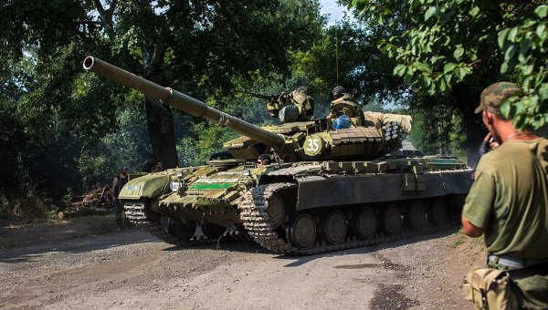 Бойцы народного ополчения на танке Т-64БМ Булат. Архивное фото