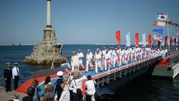 Моряки Черноморского флота во время празднования Дня Военно-морского флота России в Севастополе. Архивное фото