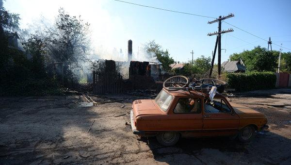 Пожар в доме, пострадавшем во время ракетно-минометного обстрела Горловки в Донецкой области