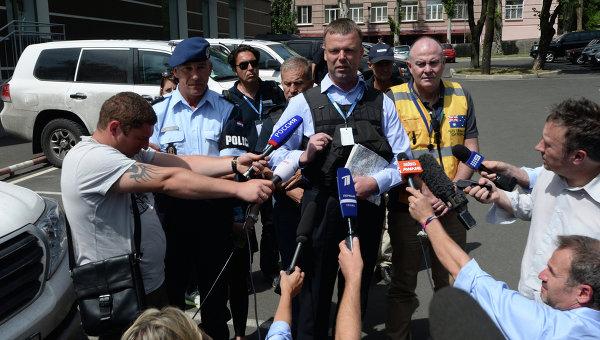 Член миссии Организации по безопасности и сотрудничеству в Европе (ОБСЕ) Александр Хаг в Донецке отвечает на вопрос журналистов