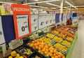 Овощи и фрукты в продуктовом магазине в Польше