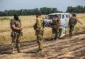 Командир отряда ополченцев и украинский военный общаются на нейтральной территории вблизи села Диброво