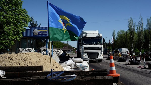 Флаг ВДВ Украины на блокпосту у поселка Карпивка в Донецкой области