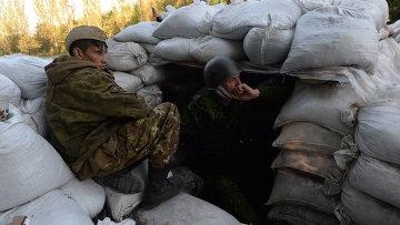 Бойцы народного ополчения на блокпосту на окраине Горловки