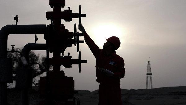 Рабочий на заводе PetroChina в Китае