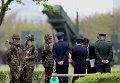Японские военные стоят возле зенитно-ракетного комплекса Patriot