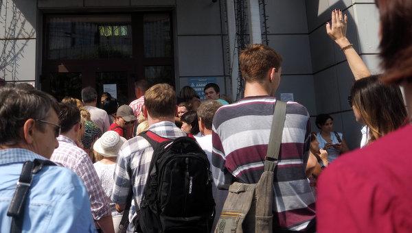 Очередь у входа в офис турфирмы Лабиринт в Москве