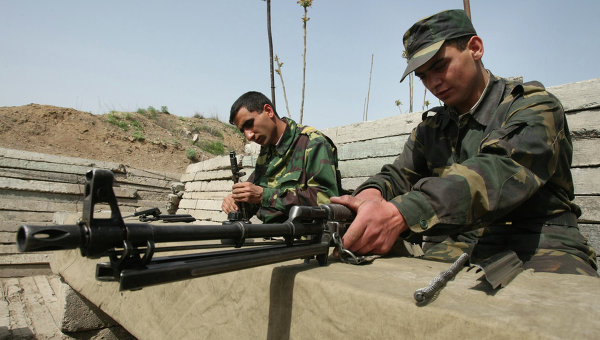 Военнослужащие армии Нагорного Карабаха чистят оружие после несения боевого дежурства, архивное фото