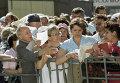 """Акционеры стоят в очереди у здания АО """"МММ"""" на Варшавском шоссе"""