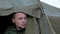 Украинский солдат в палаточном лагере недалеко от деревни Гуково Ростовской области