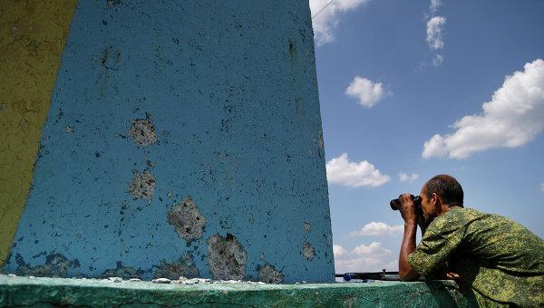 Боец ополчения на наблюдательном пункте в Донецке