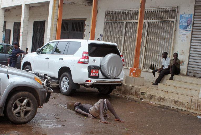 Возможно зараженный вирусом Эбола мужчина лежит на дороге