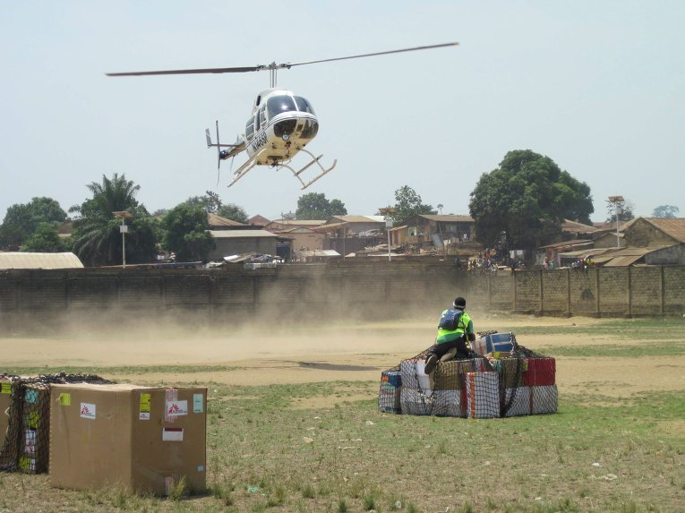 Доставка гуманитарной помощи во время эпидемии вируса Эболы в Либерию