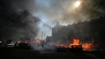 Горящие баррикады на площади Независимости в Киеве. Архивное фото