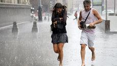 Пешеходы во время ливня в Москве. Архивное фото