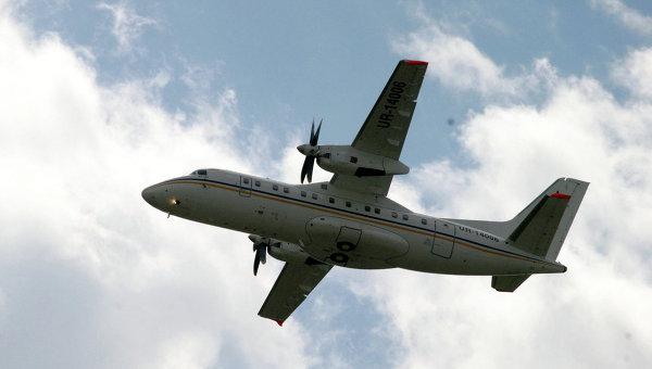 Самолет Ан-140 в небе. Архивное фото