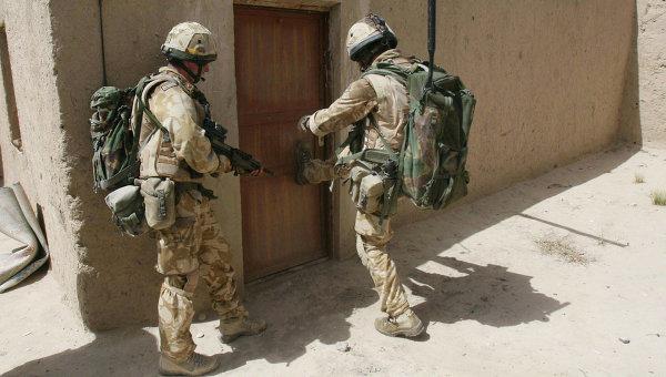 Британские военнослужащие во время патрулирования в городе Сангин, Афганистан