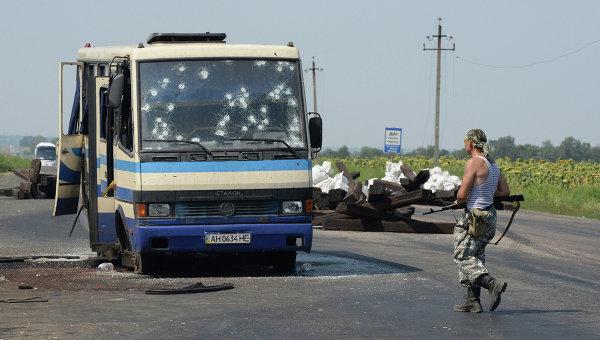 Разбитый автобус боевиков национальной гвардии, не сумевший прорваться через блокпост ополчения ДНР на окраине Донецка