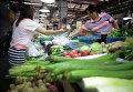 Витрина с овощами в магазине в Шанхае, Китай