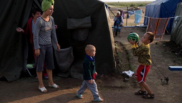 Беженцы в палаточном лагере в Ростовской области. Архивное фото