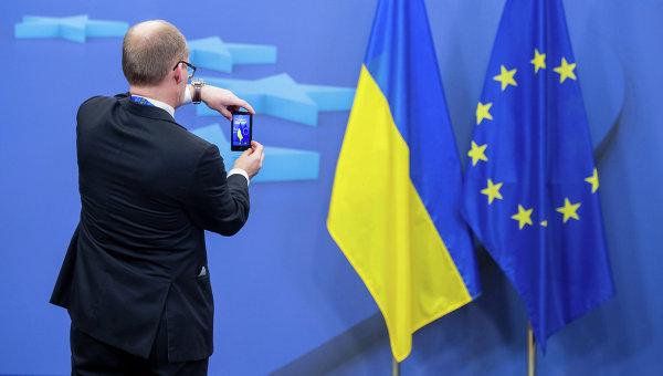 Флаги Украины и Евросоюза. Архивное фото