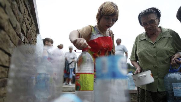 Местные жители в очереди за водой в Донецке. Архивное фото