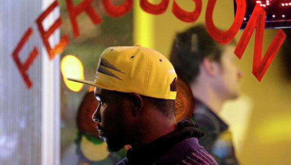 Мужчина наблюдает за беспорядками на улицах Фергюсона