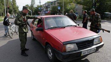 Ополченцы разговаривают с местными жителями в Макеевке, Украина