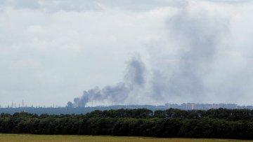 Дым от обстрелов поднимается над райцентром Ясиноватая, Донецкая область, Украина