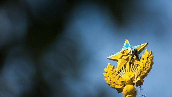 Шпиль высотки на Котельнической набережной, выкрашенный в цвета украинского флага