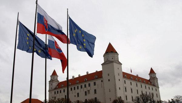 Флаги Словакии и Евросоюза перед зданием парламента в Братиславе. Архивное фото