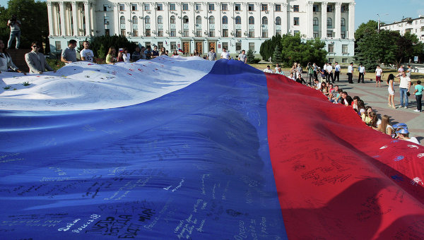 Жители Симферополя с российским флагом. Архивное фото