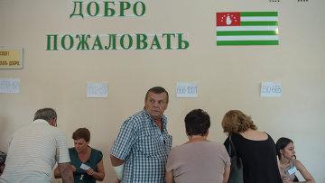 Голосование на выборах главы Абхазии на избирательном участке в городе Сухум