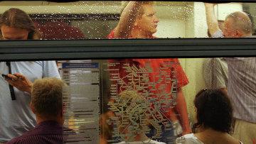 Пассажиры в вагоне метро. Архивное фото