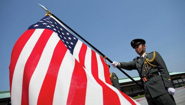 Японский солдат держит флаг США. Архивное фото