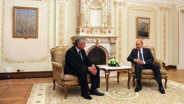 Президент России Владимир Путин (справа) и новоизбранный президент Абхазии Рауль Хаджимба. Архивное фото