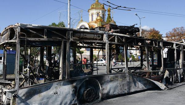 Сгоревший троллейбус на улице Донецка. Архивное фото