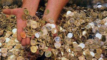 Сотрудник Национального банка Венгрии показывает новые монеты