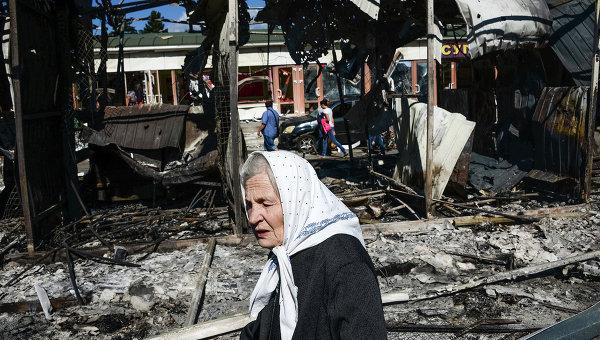 Жительница Донецка на одной из улиц города после обстрела