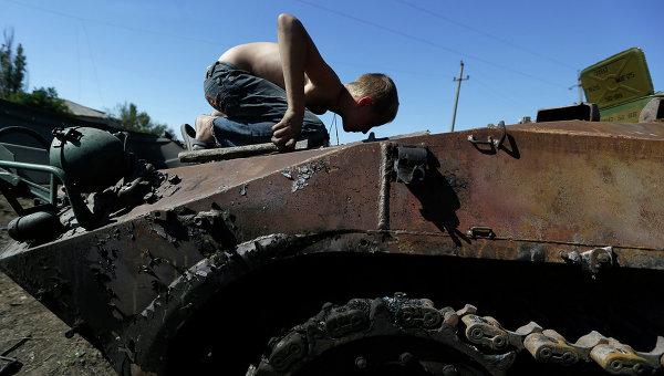 Подбитый бронетранспортер украинской армии возле села Грабское, Украина