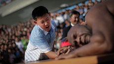 Северокорейский мальчик борется с участником турнира по рестлингу, бывшим игроком НФЛ по прозвищу Зверь